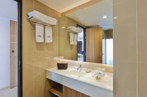 0ac93-Hotel-78-Face-Washing.jpg