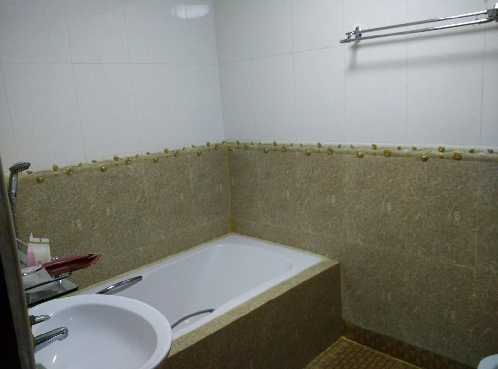 6cc47-hotel-sahara-mdl-bathtub.jpg