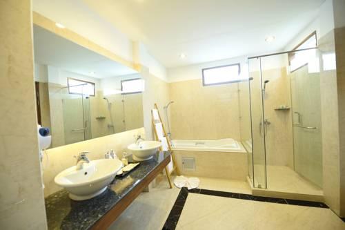 8342b-zfreeti-hotel-bagan-shower.jpg