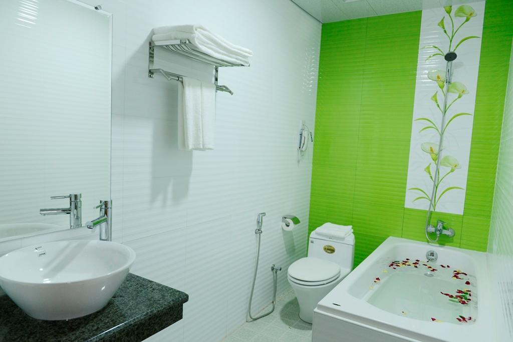a7379-hotel-my-world-mdl-bathtub-2.jpg