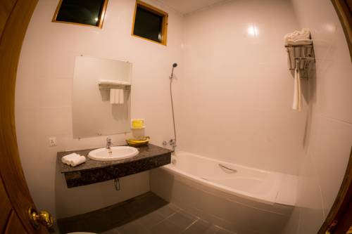 abcb5-bagan-lotus--hotel-bathtub-1.jpg