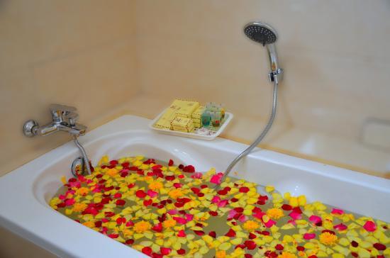 b294d-Hotel-ye-Myanmar-Bath.jpg