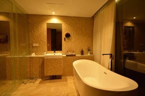 063d6-Rose-Garden-Hotel-Bath.jpg