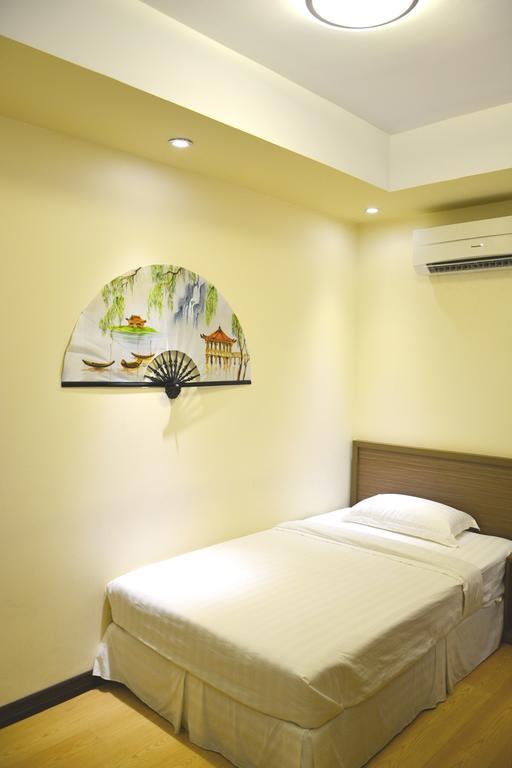 0bdb9-mr.-lee-hotel-room-2.jpg