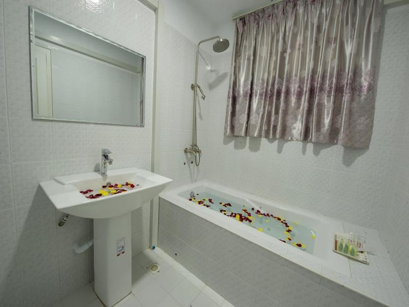 0f8c3-taw-win-myanmar-hotel-bathtub.jpg