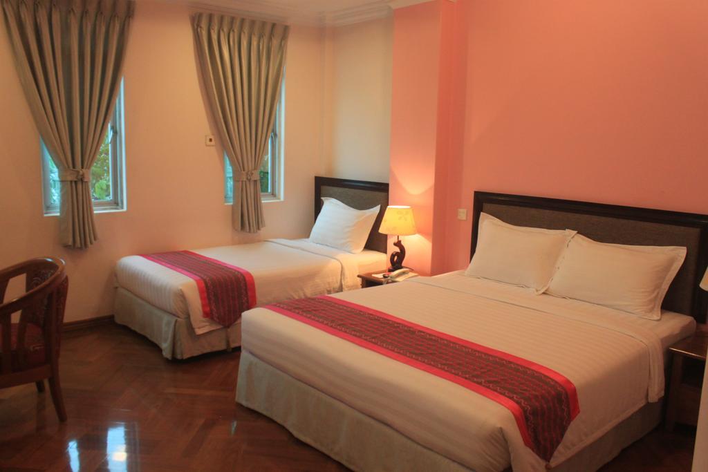 107be-grand-laurel-hotel-room-3.jpg