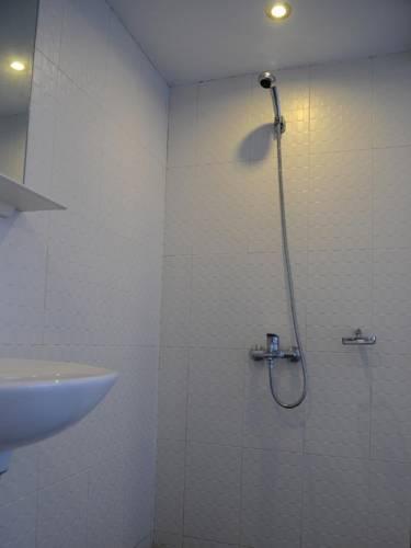 11e90-New-Yangon-Hotel-Shower-01.jpg