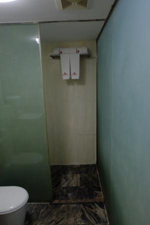 12956-hotel-bahosi.Shower.jpg