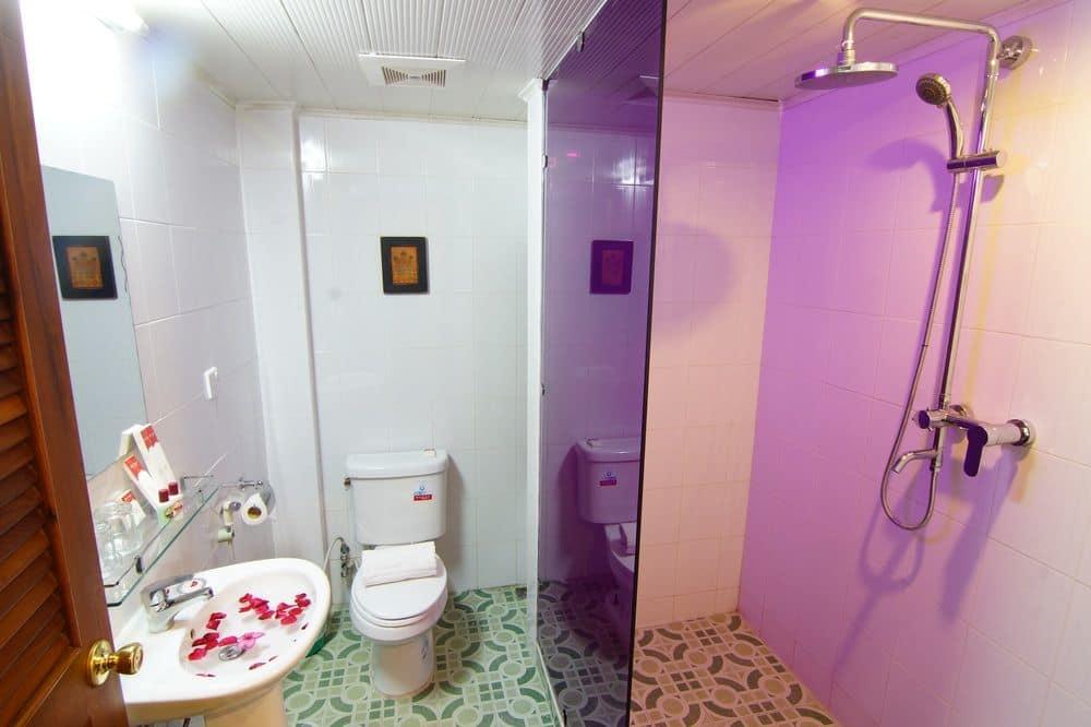 13d50-shwe-ingyinn-hotel-mdl-shower.jpg