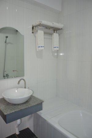 17dc1-victoria-palace-hotel-mdl-bathtub.jpg