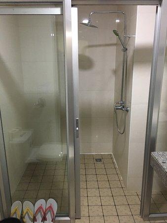 1d37a-shwe-phyu-hotel-mdl-shower.jpg