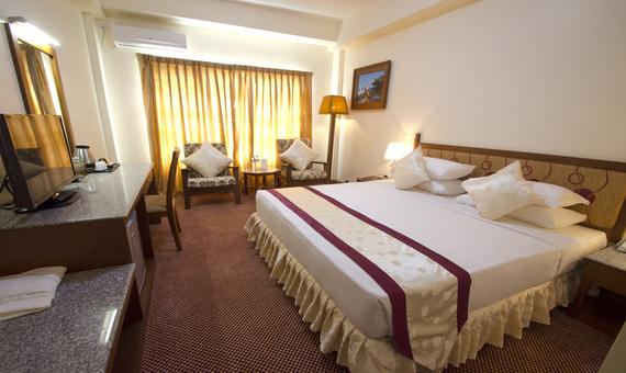 32348-Reno-Hotel-Suite-02.jpg