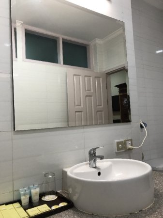 3c4f3-Hotel-Yadanarbon-face-bathroom.jpg