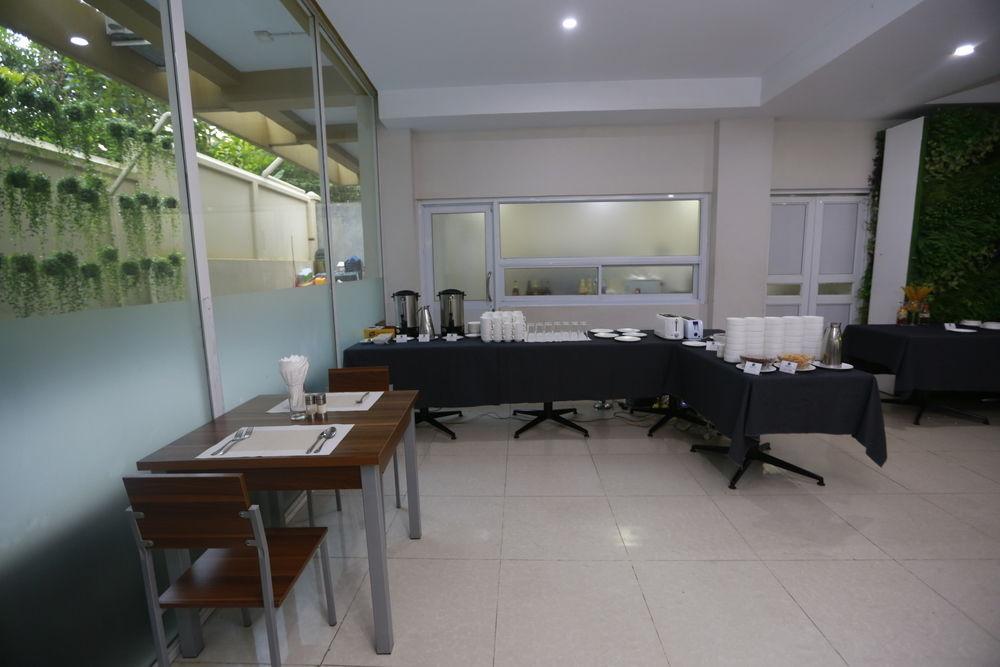 3fbcb-merchant-art-hotel-dinning-room.JPG