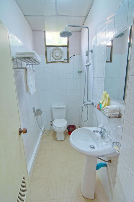 4b6eb-hotel-iceland-mdl-shower.jpg