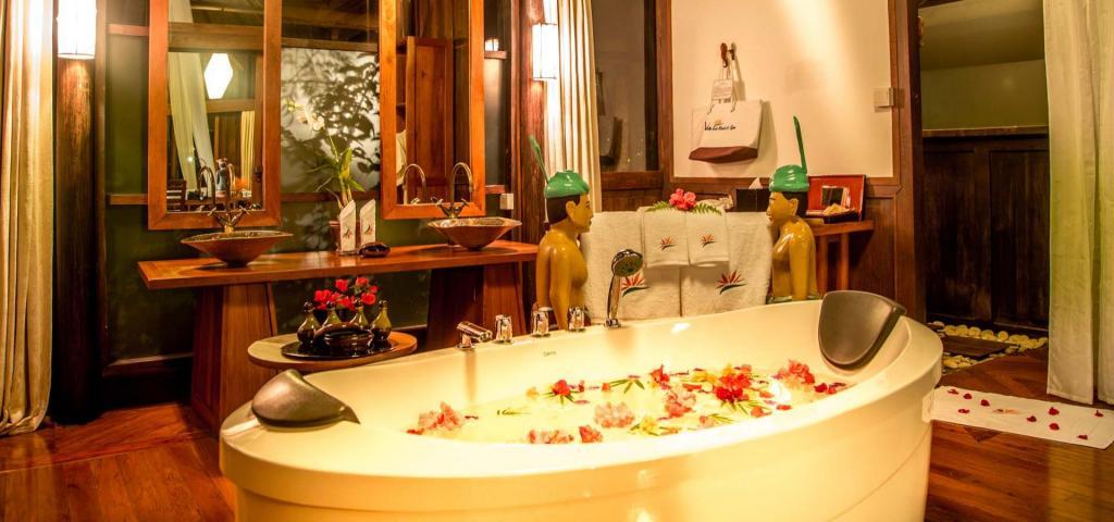 5d041-Villa-Inle-Resort-Bathroom-Luxury-Hotel-Myanmar-Inle-Lake.jpg