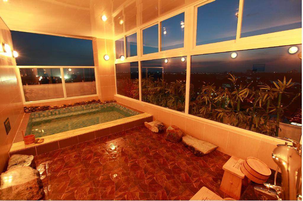 6da41-Super-Hotel-Hotel--swim.jpg