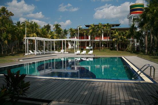 8a201-Myanmar-Life-Hotel-Swimming-Pool.jpg