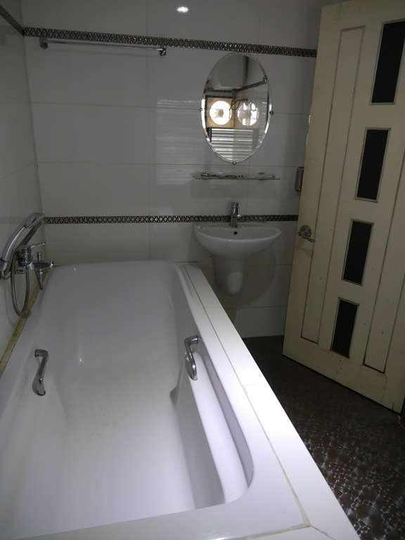 8df7e-mgm-hotel-bathtub.jpg