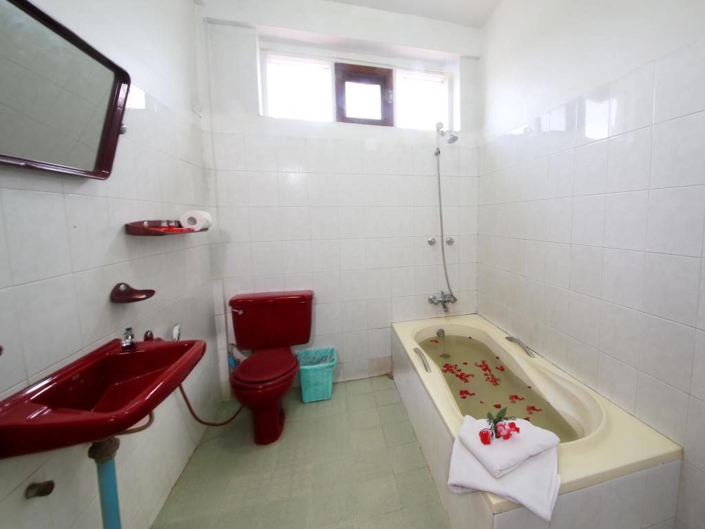 a1134-winner-inn-Bathroom-2.jpg