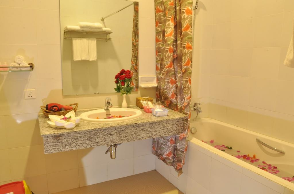 a28d3-bagan-emerald-hotel-bathtub.jpg