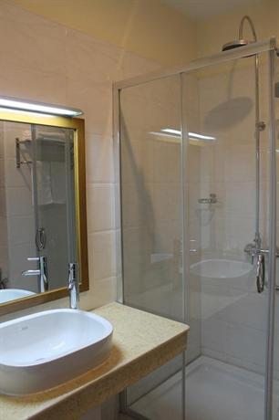 a5e91-Hotal-Mindhama-Face---shower.jpg
