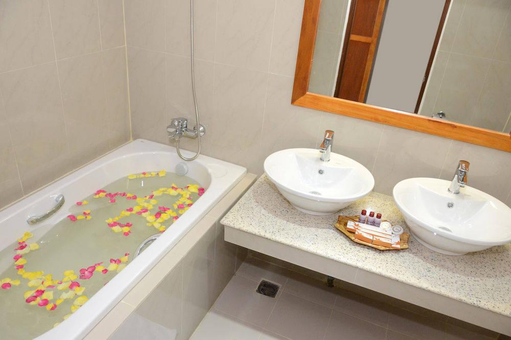 ac05f-Reno-Hotel-Bath.jpg