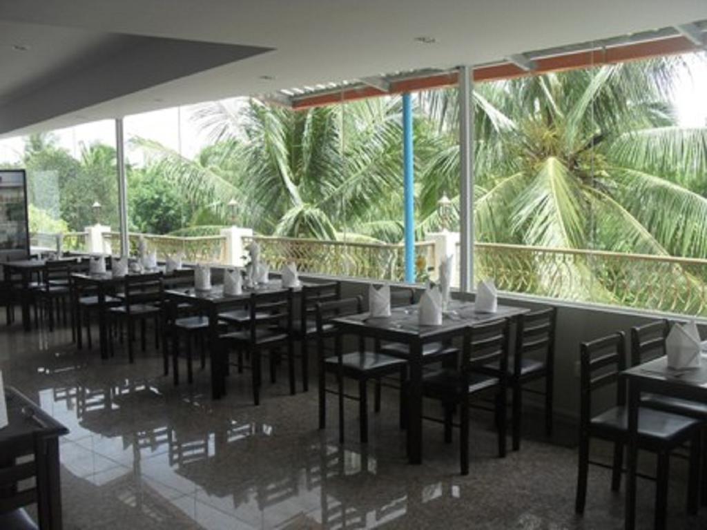 ad2d9-Yangon-airport-hotel-dinning-room.jpg