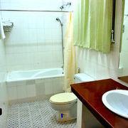 b4841-hotel-queen-bathtub.jpg