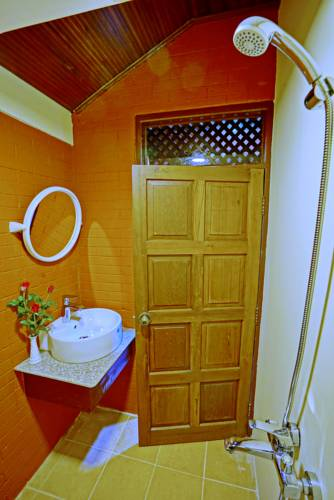 b70a6-hotel-yadanarbon-shower.jpg