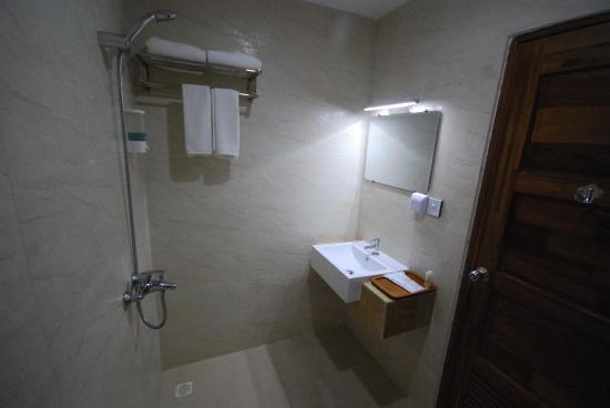 c6a7d-merchant-art-hotel-shower.jpg
