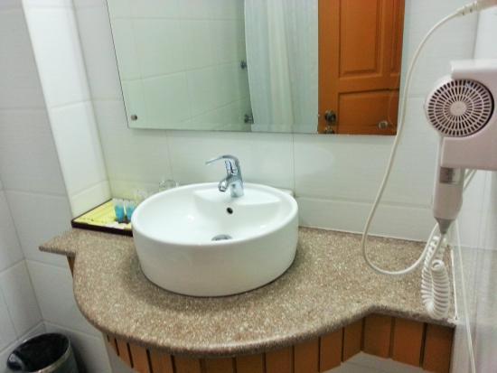 d8c3f-Hotel-Yadanarbon-clean-bathroom.jpg