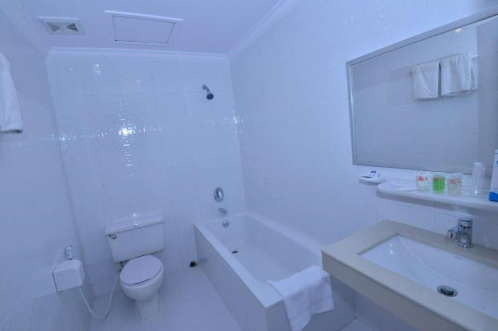 e2158-pacific-hotel-room-mdl--bathtub.jpg