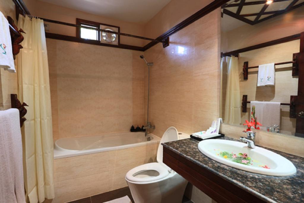 f3bc6-shwe-yee-pwint-hotel-bathtub.jpg